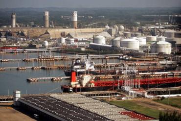The Los Pajaritos petrochemical complex in Coatzacoalcos, Veracruz, Mexico. Aerial photo taken Jan. 13, 2005 by Dario Lopez-Mills, The Associated Press