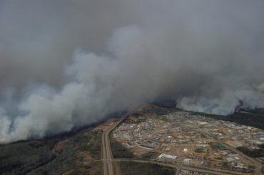 Aerial view of the wildfires in the Fort McMurray, Alberta area from a Canadian Forces CH-146 Griffon helicopter, on May 4, 2016. Photo by MCpl VanPutten. Photo: MCpl VanPutten, 3 CSDB Imaging EN2016-0060-10 ~ Photo aérienne des feux de forêt dans la région de Fort McMurray prise à bord d'un hélicoptère CH-146 Griffon, le 4 mai 2016. Les Forces armées canadiennes ont déployé des ressources aériennes dans la région afin d'aider la province de l'Alberta dans le cadre des opérations d'intervention d'urgence. Photo : Cplc VanPutten, Services d'imagerie 3 BSDC EN2016-0060-10
