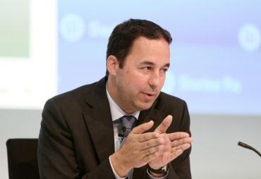 Swiss Re CEO Christian Mumenthaler gestikuliert anlaesslich einer Medienkonferenz am Freitag, 29. Juli 2016. (PPR/Siggi Bucher)